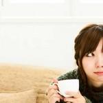 コーヒーを飲みながら配偶者控除内で働こうと考える女性の写真